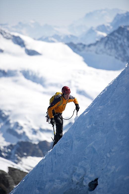 Daniel Arnold »rennt« das Gipfelschneefeld der Eiger Nordwand hoch / Foto: Thomas Ulrich, visualimpact.ch