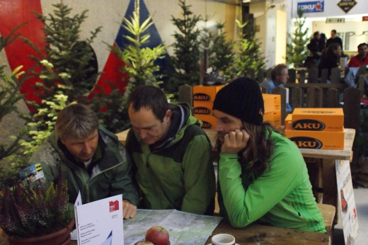 Bergsteiger unter sich: Marco Prezelj (m.)und Thomas Huber (re.) planen ihren Walk  - Bild: IMS