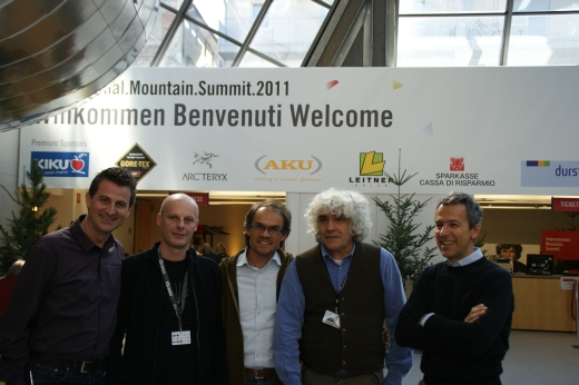Alex Ploner (IMS), GF AKU Paolo Bordin, Markus Gaiser (IMS), Bergsteiger Alessandro Gagno, AKU Marketing Chef Vittorio Forato - Bild: IMS/AKU