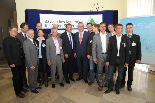 Die Mitglieder des Bayerischen Kuratoriums für Alpine Sicherheit: In der Mitte der 1.Vorsitzende MdL Roland Richter und Innenminister Joachim Herrmann, Foto: Heinz Maier