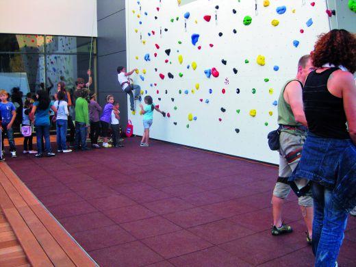 Fallschutzplatten vor einer Außenwand der Kletterhalle Wörgl. - Bild: BSW
