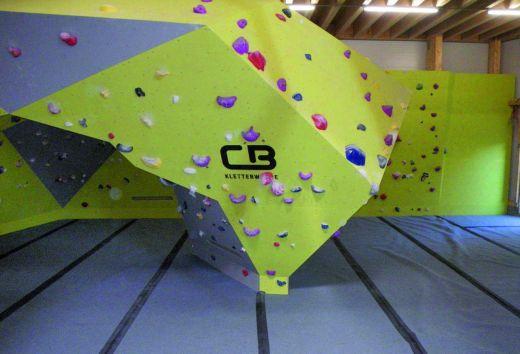 Sicheres Bouldern in der Kletterhalle Balingen über dem vollflächig verlegten Crashpad regugym boulder. - Bild: BSW