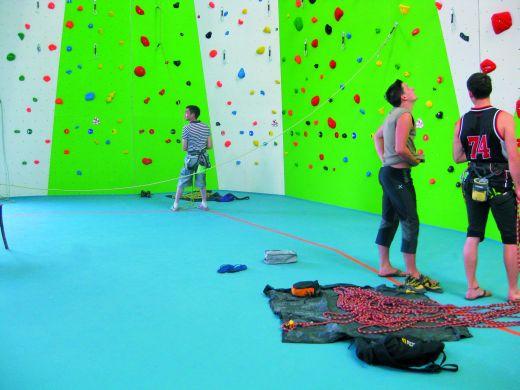 Der elastische Sportboden regugym climb senkt in der Kletterhalle Wörgl die Verletzungsfolgen bei Stürzen. - Bild: BSW
