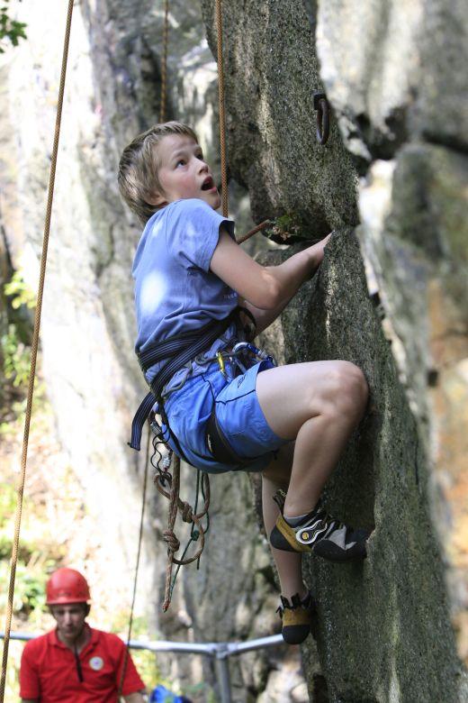 Beim KletterCamp werden die Teilnehmer je nach Können in Gruppen für Einsteier, Fortgeschrittene und Experten eingeteilt. - Bild: SportScheck