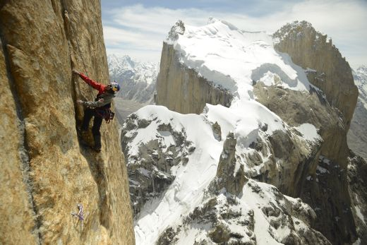 David Lama am Trango Tower - Bild: Corey Rich