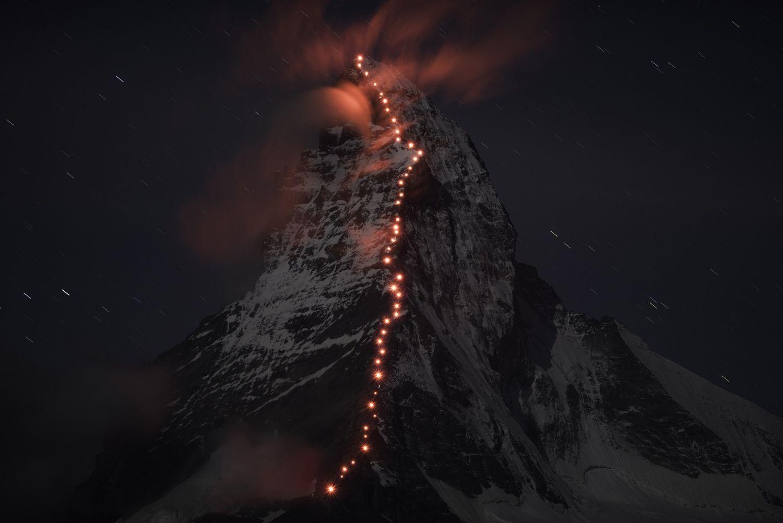 In Vorbereitung auf die Jubilaeumsfeierlichkeiten zu 150 Jahren Erstbegehung des Matterhorns, zeichnete der Schweizer Bergsportspezialist Mammut zusammen mit den Zermatter Bergfuehrern in einer Lichterkette die Route ueber den Hoernligrat nach am Mittwoch, 17. September 2014. (PHOTOPRESS/MAMMUT/ROBERT BOESCH)