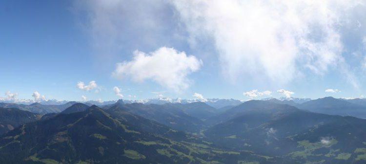 Vom Gipfel der Hohen Salve in der Ferienregion Wilder Kaiser blicken Wanderer auch in Richtung Hohe Tauern mit ihrem berühmten Großglockner. Bildnachweis: TVB Wilder Kaiser